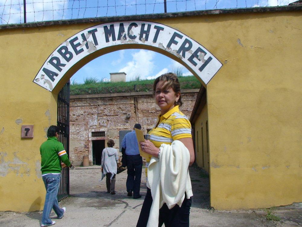 La autora en la puerta de Theresienstadt.-