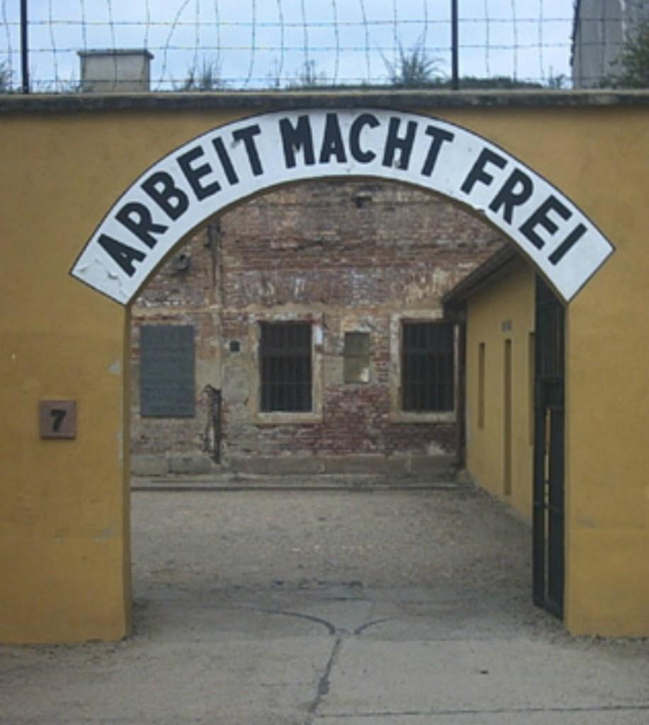 """PUERTA DE ENTRADA… """"EL TRABAJO OS HARÁ LIBRE"""" «Theresienstadt arbeit macht frei». Publicado bajo la licencia CC BY-SA 3.0 vía Wikimedia Commons -"""