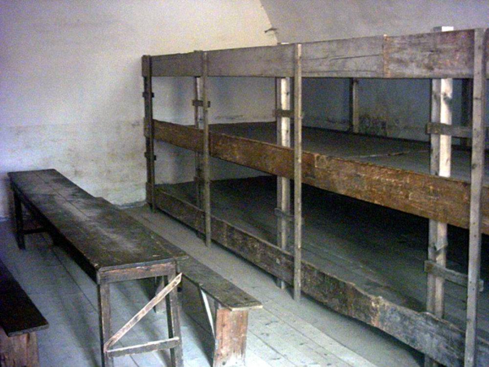 FOTO BARRACAS «Theresienstadt barak». Publicado bajo la licencia CC BY-SA 3.0 vía Wikimedia Commons –