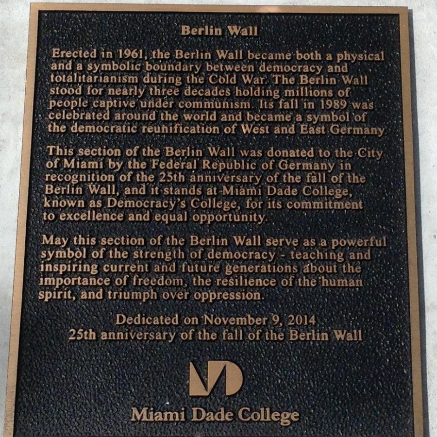 Placa que se encuentra al lado del fragmento del Muro de Berlín en el ¨Miami Dade College ¨ - Wolfson Campus - regalo del Estado Almán -