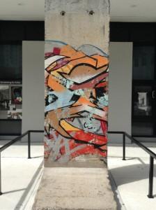 Fragmento del Muro de Berlín. Regalo del Estado Alemán al ¨Miami Dade College ¨ - Wolfson Campus -